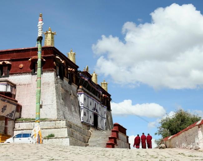 티베트 현지 승려들의 모습. 고산지대 현지인은 혈액 속에서 산소를 운반하는 헤모글로빈 숫자가 일반인보다 훨씬 많은 것으로 알려져 있다.
