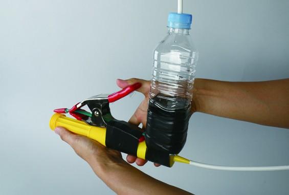 빨대를 막고 있는 젭게를 풀면물병에 있던 물이 빨대를 통해 강하게 발사된다.