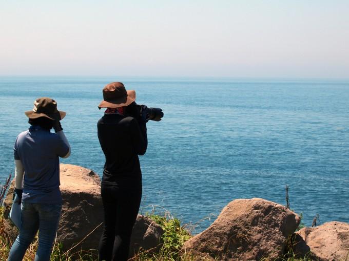 18일 제주 대정 바다의 돌고래를 조사 중인 장수진 이화여대 에코과학부 연구원(왼쪽)과 하정주 연구원. -사진 제공 윤신영