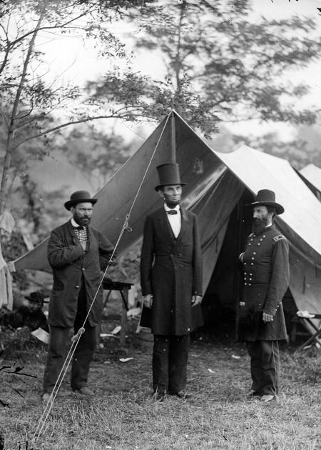미국의 16대 대통령인 에이브러햄 링컨(가운데)을 경호하던 앨런 핑커톤(왼쪽)의 모습. 핑커톤은 이때의 경력을 살려 대형 탐정회사인 '핑커톤'을 1850년 설립했다. - public domain 제공
