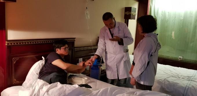 기자가 현지 의료진의 검진을 받고 있다.
