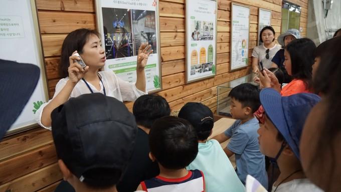 이하얀 팀장이 세계 최초의 야생식물 종자 보관소 시드볼트에서 지사탐 대원들에게 종자의 중요성과 시드 볼트의 역할에 대해 설명하고 있다.