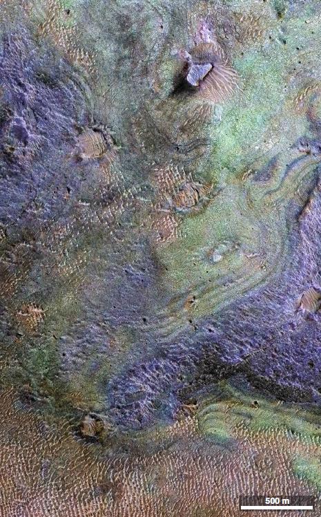 퐈성 표면으로 녹색일수록 비교적 탄소가 많고 보라색에 가까우면 탄소가 적은 층을 나타낸다. -NASA 제공