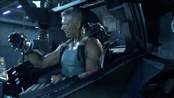 영화 아바타의 등자인물 쿼리치 대력이 AMP슈트를 조작해 보고 있다. AMP슈트는 사람이 조종석에 앉아 로봇을 조종하는 탑승형 로봇이다.
