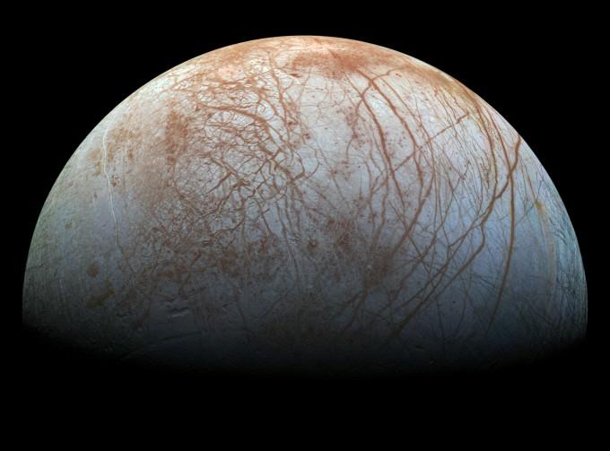 얼음으로 덮인 유로파의 표면. 지하에는 지구보다 많은 물이 있다. - 사진 제공 NASA