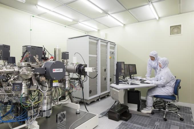 원자력연구원 연구팀이 핵사찰 시료에 대한 SIMS 입자 분석을 진행하고 있다. -사진 제공 한국원자력연구원