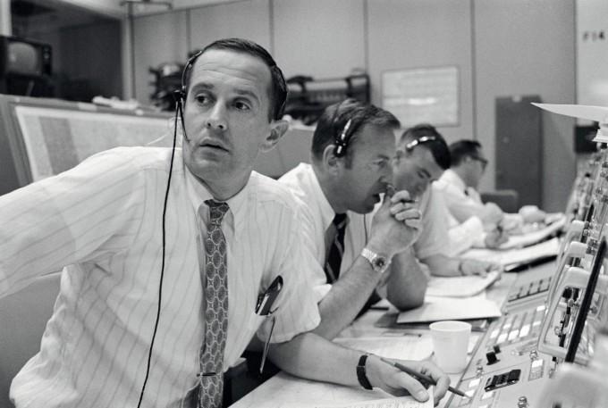 미국 휴스턴의 지상관제센터에서 아폴로 11호 임무의 디렉터인 우주비행사 찰스 듀크 주니어(왼쪽)와 제임스 러벨 주니어, 프레드 헤이즈 주니어가 1969년 7월 20일 아폴로 11호 우주비행사들과 교신을 하고 있다. - 미국항공우주국 제공