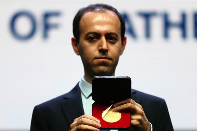 1일(현지시각) 시상식 직후 필즈상 메달을 도난 당했던 코처 비카 영국 케임브리지대 교수가 4일 다시 수여된 필즈상을 들어 보이고 있다. -사진 제공 세계수학자대회