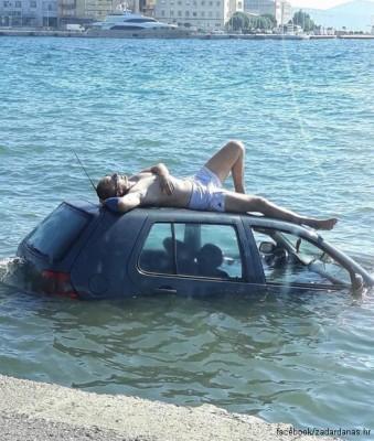 바다에 빠진 차 위에서 일광욕