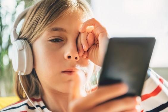 스마트폰 세상에서 아이들 눈 건강 지키는 10가지 방법