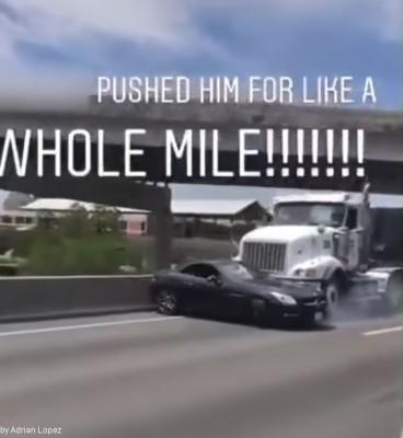 트럭과 벤츠 승용차가 싸우면?