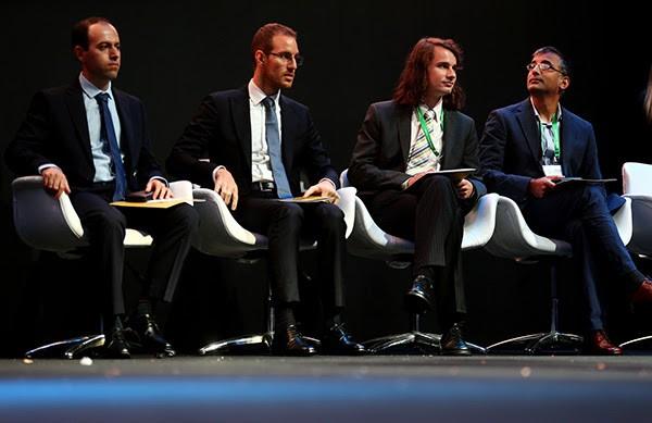 세계수학자대회 개막식에 앉아 있는 필즈상 수상자 네 명. 맨왼쪽이 코처 비카 교수. - 사진 제공 세계수학자대회
