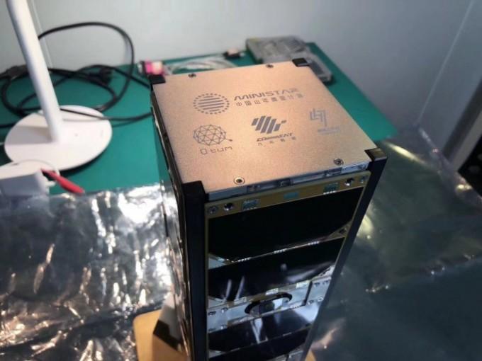 지난 2월 발사한 위성에 이더리움 기반의 블록체인 기술을 탑재했다는 의미로, 그 개발 플랫폼인 퀀텀의 약자인 Q tum을 새겨넣었다.-스페이스체인 제공