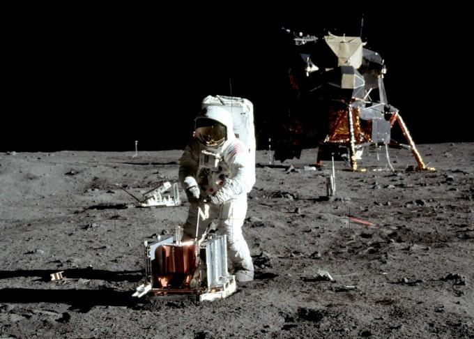 우주비행사 닐 암스트롱이 달 표면에서 임무를 수행하고 있는 모습. - 미국항공우주국 제공