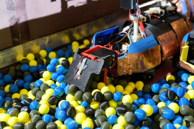 조지아공대 연구팀이 자율주행 군집로봇으로 플라스틱 공을 치우는 실험을 하고 있다. 모든 로봇을 투입시키는 것보다 일부를 쉬게 할 때 더 효율이 높았다. -사진 제공 조지아공대