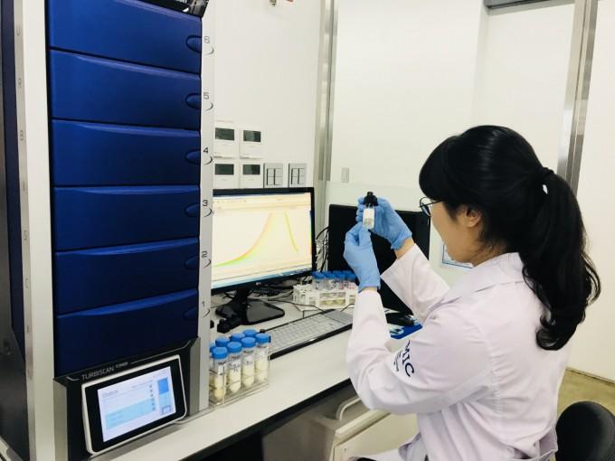 매일유업이 만든 근감소증 전문 연구기관 '사코페니아 연구소'는 평택 매일유업 중앙연구소 건물에 자리하고 있다. 한 매일유업 연구진이 제품 개발 과정의 일환으로 유화안정성 테스트를 진행하고 있다. 매일유업 제공.