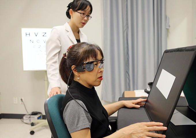 국내 최초로 인공망막 '아르거스2'를 이식받은 환자의 모습. - 서울아산병원 제공