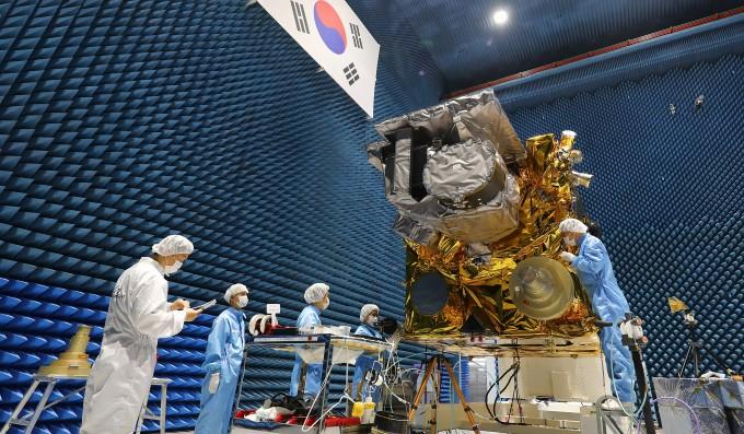 전자파 시험 중인 차세대 기상위성 '천리안 2A호'. 앞선 모델인 천리안 1호 개발 당시에는 전자파 시험과 고압누기 시험 시설이 없어 프랑스로 위성을 옮겨 시험했었지만, 이번에는 처음으로 모든 우주환경시험을 국내에서 완료했다. - 한국항공우주연구원 제공