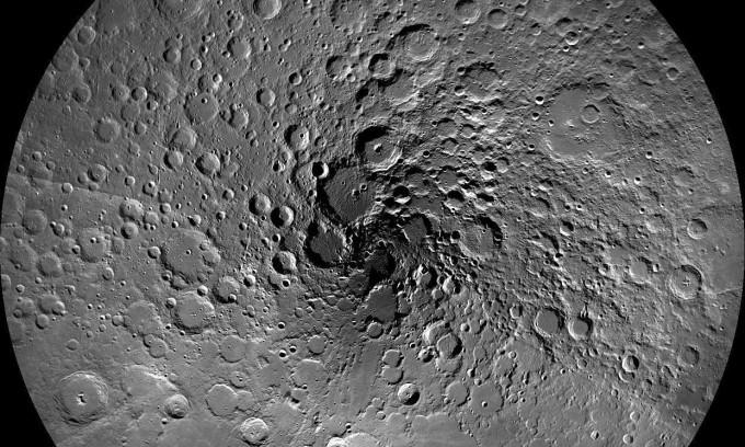 달 탐사 위성으로 촬영한 달 북극 이미지. NASA 제공.