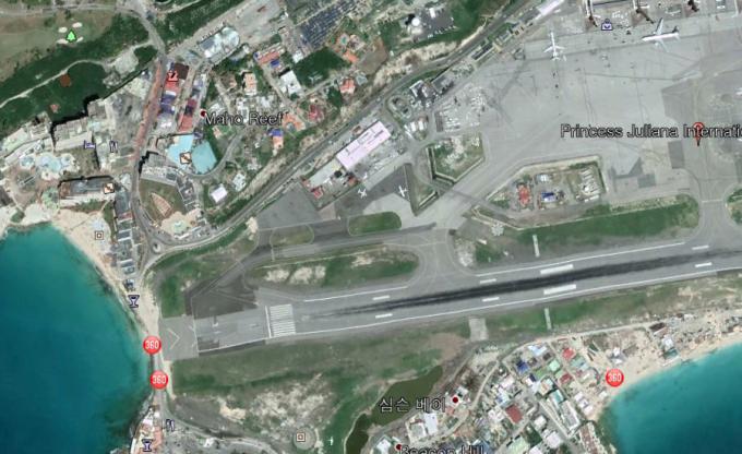 프린세스 줄리아나 공항 Princess Juliana International Airport. 공항 근처에 있는 마호 비치는 공항 활주로의 시작 지점과 매우 가깝다. - google 제공