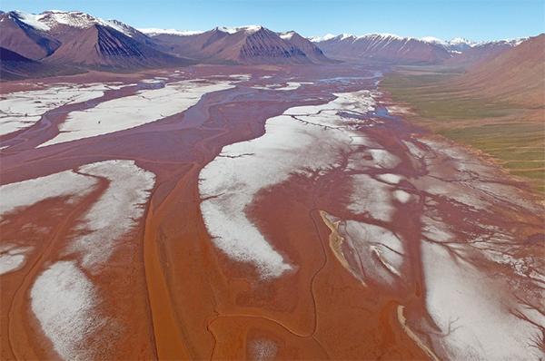 북극 스발바르 군도의 딕슨피오르드. 온난화가 진행되면서 얼음이 녹은 물이 흙탕물처럼 흐른다. - 과학동아 제공