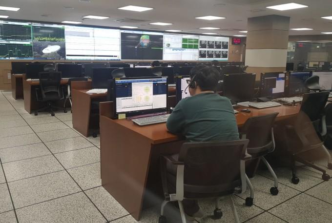 한국항공우주연구원 정지궤도위성 관제센터. 정지궤도위성은 24시간 관제를 받기 때문에 이곳은 3교대로 운영된다. 현재는 천리안 1호 위성을 관제하고 있다. - 대전=송경은 기자 kyungeun@donga.com