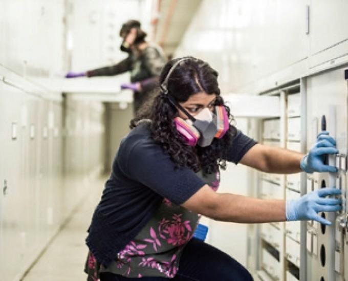 니신 에이브러햄 NASA 열제어코팅엔지니어가 분자 흡착 코팅 처리된 표본을 꺼내고 있다. - NASA 제공