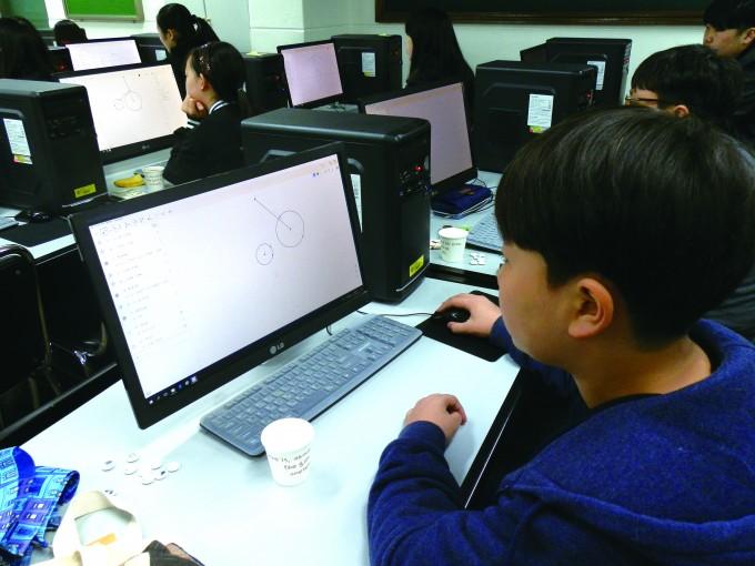 지오지브라 흑백 게임으로 수학적 모델링 작품을 만드는 학생의 모습. - 이화·서대문영재교육센터 제공