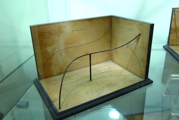 수학자 조셉 까롱이 만든 모형으로 2020년 완공될 '수학의 집'에 전시될 예정이다. 나무 바닥에는 수식과 함께 수식을 설명하는 내용이 적혀있다. 수식으로 만들어진 그래프를 철사를 이용해 시각적으로 구현했다. - 조혜인 기자 제공