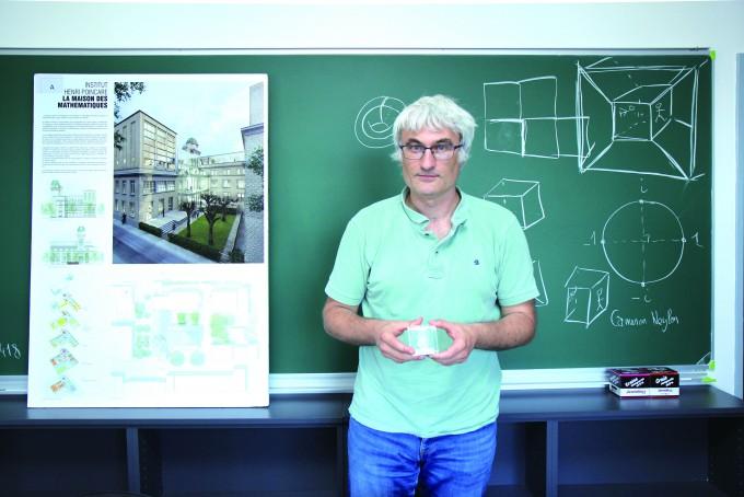 레미 모나손 푸앵카레연구소 부소장이 2020년 완공될 '수학의 집' 프로젝트를 설명하고 있다. 손에 들고 있는 모형도 수학의 집에 전시할 예정이다. - 조혜인 기자 제공