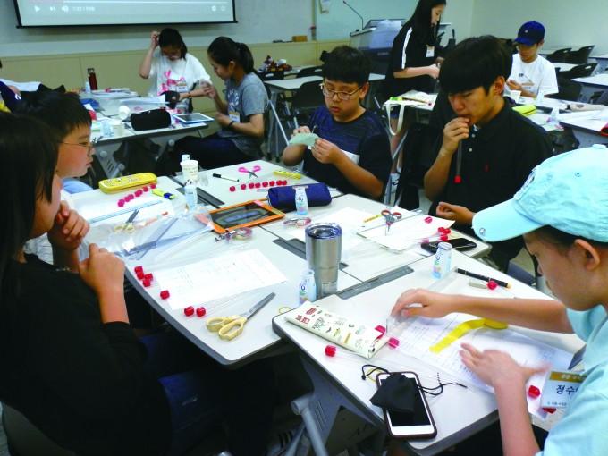 수학논리반 학생들이 평균율과 피타고라스 음계 이론을 배우고 직접 이를 활용한 악기를 제작했다. - 이화·서대문영재교육센터 제공