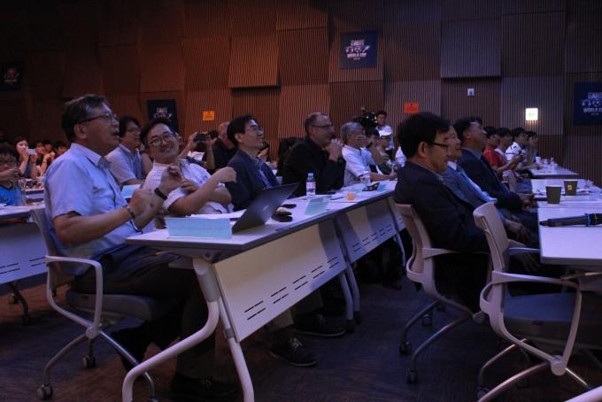 22일 AI 월드컵 국제대회 결승전을 관람하고 있는 모습. - 대전=송경은 기자 kyungeun@donga.com
