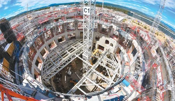 랑스 카다라슈 지역에 건설되고 있는 국제핵융합실험로(ITER) 모습. 절반가량 완성된 상태로 첫 가동 시기는 2025년이 될 것으로 전망된다. - ITER 제공