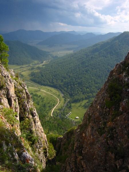 데니소바 동굴에서 내려다 본 풍경. 5만 년 전은 빙하기로 이보다 황량하고 추운 모습이었을 것이다. - 사진 제공 막스플랑크연구소