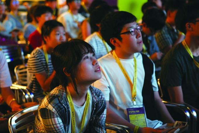 지난해 NYPC 토크콘서트는 '세상을 바꾼 프로그래머들의 이야기'를 주제로 진행됐다. 눈을 반짝이며 강연을 듣고 있는 청소년들 - NYPC 제공