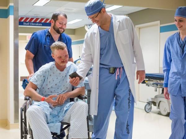 미국 메이요클리닉 의료진은 2016년 12월 미국인 앤디 샌드니스의 안면 이식 수술을 진행했다. 2006년 총기 자살 시도 후 코, 입, 턱을 잃었던 그는 10년 만에 새로운 얼굴을 가 졌고, 현재 새 인생을 살고 있다. - Mayo Clinic 제공