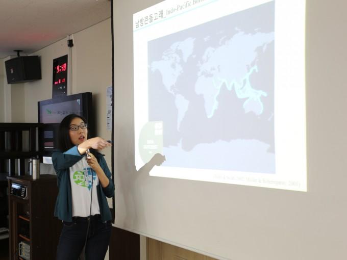 김미연 연구원이 남방큰돌고래의 특징과 연구방법을 설명하고 있다.