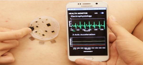 장경인 DGIST 교수 등 공동연구팀이 제작한 통신 가능한 전자피부. 분석한 생체 정보를 스마트폰 애플리케이션으로 전송한다. - DGIST 제공