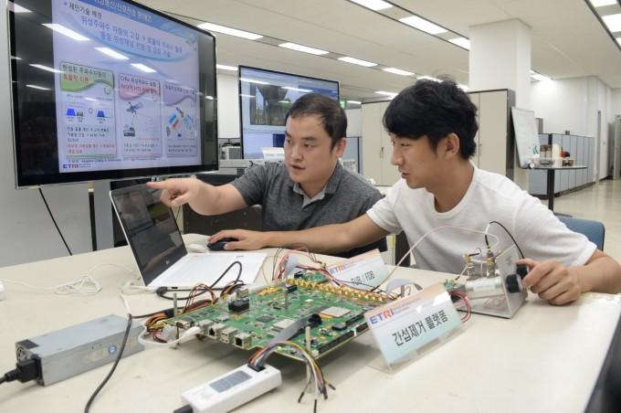 한국전자통신 연구원 연구진이 새롭게 개발한 위성 주파수 자기간섭제거기술을 시연해 보이고 있다. 왼쪽부터 김민혁, 정수엽 선임연구원