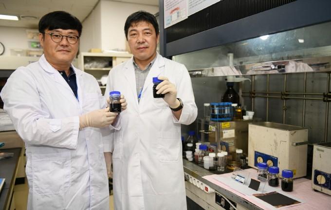 정승열 한국전기연구원 책임연구원(왼쪽)과 이건웅 본부장(오른쪽)이 새로 개발한 그래핀-실리콘 복합 음극재를 들어 보이고 있다. 한국전기연구원 제공.