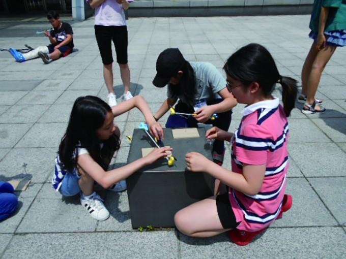 과학탐구반 학생들이 태양에너지를 전기에너지로 전환해 비행기를 작동하는 실험을 하고 있다. - 이화·서대문영재교육센터 제공