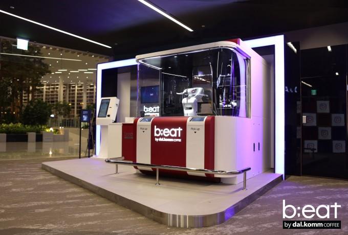 인천공항에는 스마트폰 메시지로 대화하듯 공항 정보를 알려 주는 '챗봇'(위)과, 로봇이 커피를 만들어 파는 로봇카페(아리)가 있다. - 달콤커피 제공