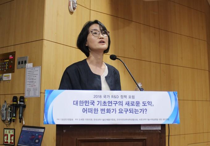 이정은 경희대 우주과학과 교수가 기초과학 연구성과에 대해 발표하고 있다. - 송경은 기자 kyungeun@donga.com