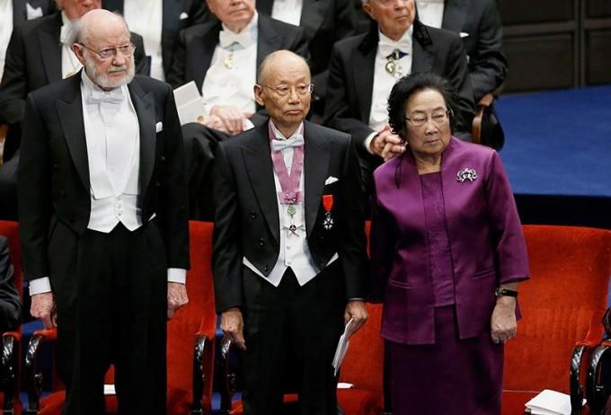 2015년 노벨 생리의학상을 수상한 윌리엄 캠벨 미국 드류대 명예연구원, 오무라 사토시 일본 기타사토대 명예교수, 투유유 중국전통의학연구원 주임교수. - 네이처 제공