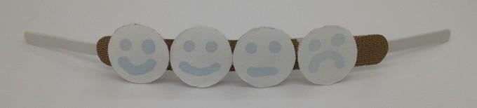 연구진은 자외선 종류에따라 색이 다르게 변하는 잉크를 이용해 휴대용 센서를 설계했다. 노출량이 많아지면 슬픈표정의 얼굴 모양까지 색이 변화도록 설계한 팔찌형 웨어러블 센서를 제작했다.-RMIT University 제공