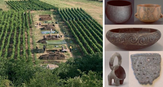 포크로프니크 마을의 유적지 발굴 현장(왼쪽)에서 나온 신석기 시대 질그릇들. - Andrew M.T. Moore, Sarah B. McClure 제공