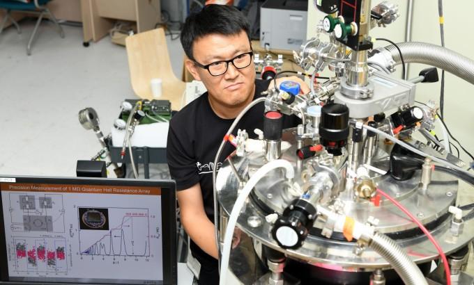 채동훈 한국표준과학연구원(KRISS) 책임연구원이 표준으로 사용 가능한 불변의 양자 고저항을 측정하고 있다
