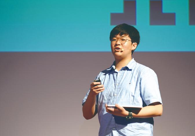 지난 달 열린 소프트웨어 교육 컨퍼런스에서 연설중인 중학생 개발자 이준서 군