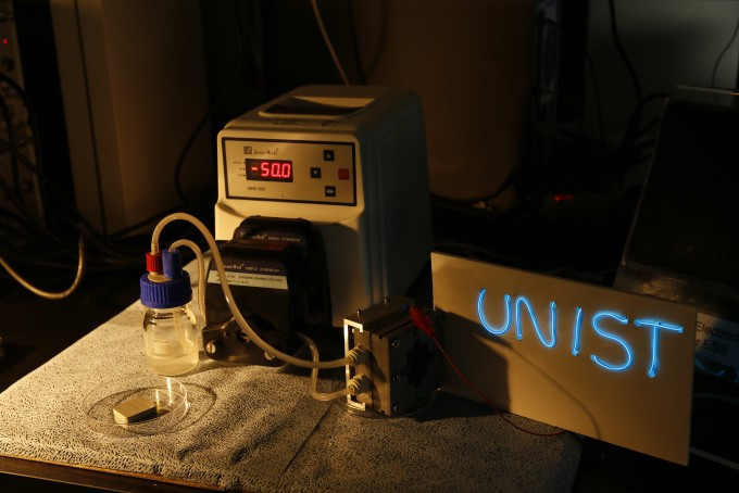 알루미늄-공기 흐름 전지가 작동해서 전기를 발생시킨 모습 -사진 제공 UNIST