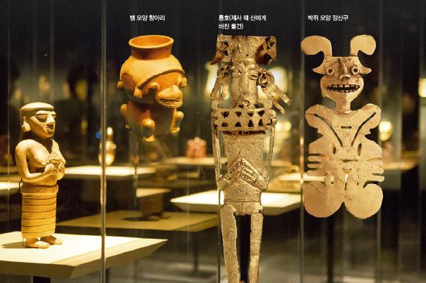 (왼쪽부터) 뱀 모양 항아리, 통호(제사 때 신에게 바친 물건), 박쥐 모양 장신구